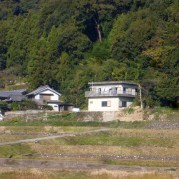 off wihite wall and gray roof 白い壁は真っ白でなく…