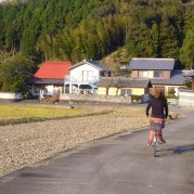 access to the village、the red roof covers a thatch roof 村の手前。行き違いうのも難しい
