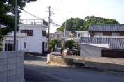 a fishing village 漁村に珍しい広い道
